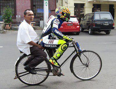 rossi bonceng ngangkang pak RT pake  sepeda kphmph.wordpress.com