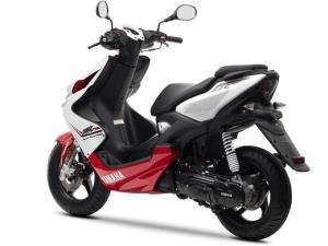 2013-Yamaha-Aerox-R-EU-Absolute-White-Studio-005